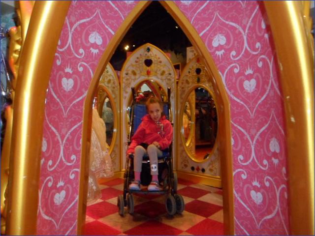 Dóra Disney boltban
