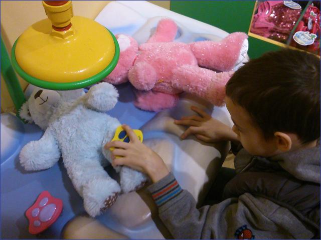 Milán - Műtét utáni foglalkozáson - Gyermekek belföldön és külföldön történő gyógykezelésének támogatása, májtranszplantáció, gerincműtét, gyermek szívműtétek, különleges műtétek