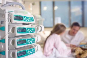 Volumetrikus és fecskendős infúziós pumpák alarm menedzsment  rendszerbe köthető dokkoló állomásban