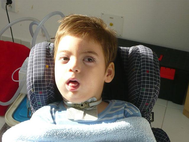 2c11809c4b9a ... halál állapotába került és az oxigén hiány által diffúz agysérülést  szenvedett, éber kómás állapotban került. Az elmúlt öt év alatt rengeteg  terápián és ...